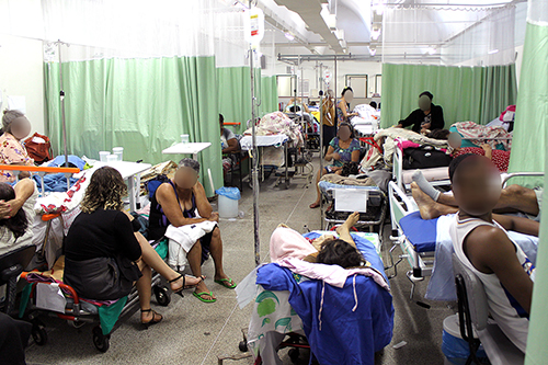 Pacientes se amontoam na ala verde do pronto-socorro do Hospital Regional de Taguatinga. A imagem é desta segunda-feira (5/6)